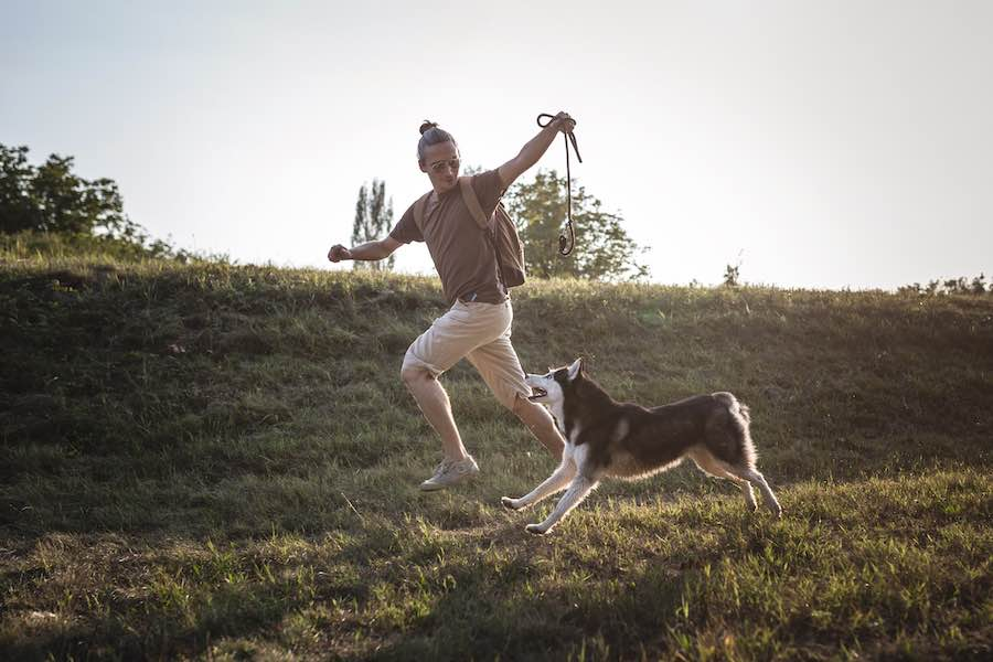 Mann joggt mit Hund
